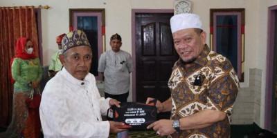 Silaturahmi ke Pesantren Cibogo, Ketua DPD RI Bagikan Sajadah